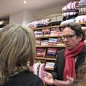 Frédéric Lefebvre en grande discussion sur les soldes flottants chez une commerçante de la rue Royale.