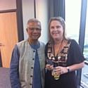 Evelyne Platnic-Cohen, en compagnie de Muhammad Yunus, Prix Nobel de la Paix