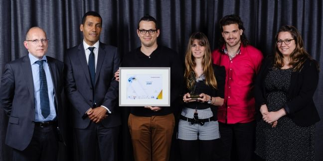 Jean-Charles Correa, p-dg de Deafi (à gauche), entouré de son équipe, reçoit le Trophée d'or dans la catégorie Développement durable