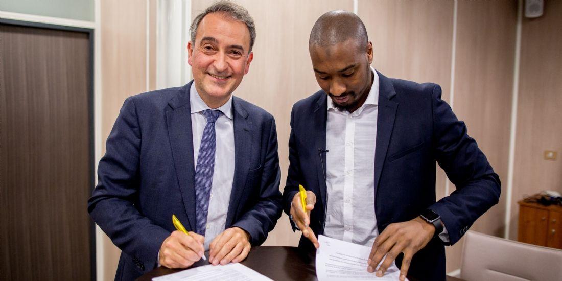 Hervé Hélias, dg du Groupe Mazars, et Moussa Camara, président des Déterminés, signent la convention de partenariat.