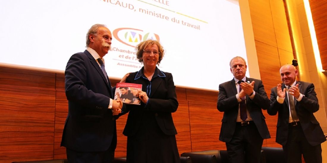 Bernard Statler, président de l'APCMA et Muriel Pénicaud, ministre du Travail, lors de la remise du livre blanc sur l'apprentissage le 6 décembre 2017.