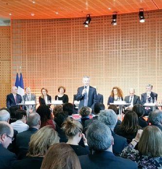 Bruno Le Maire, le ministre de l'Economie et des Finances, entouré à Bercy des binômes qui ont planché sur la prochaine loi entreprises