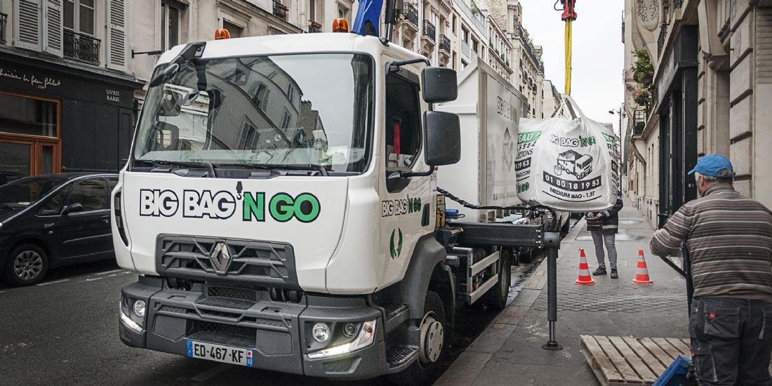 Un service de collecte de déchets qui emballe le BTP