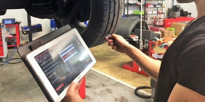 A Sophia Antipolis, un garage réalise des diagnostics voiture que les clients reçoivent en temps réel sur leur smartphone