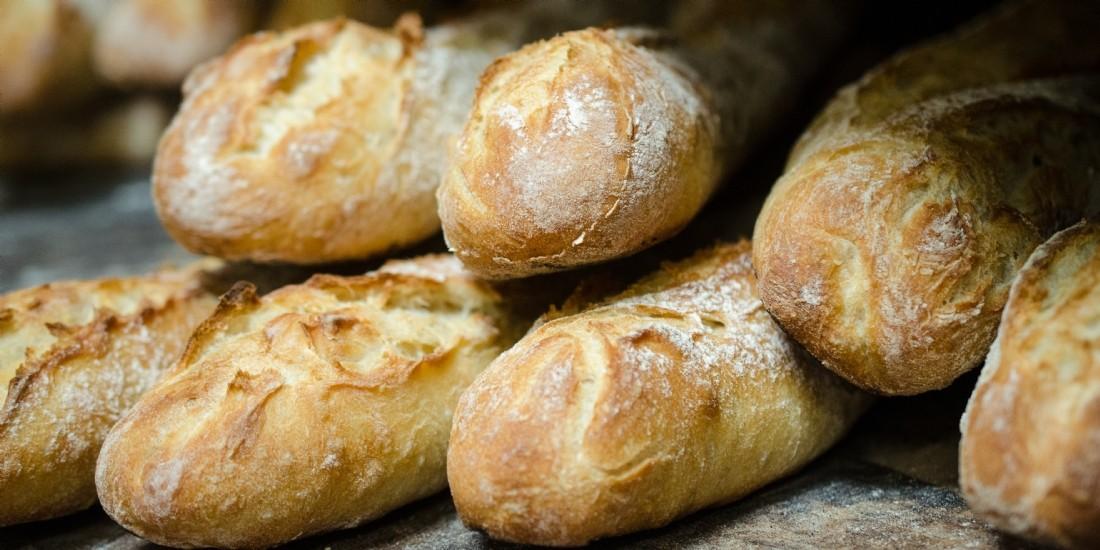 Le boulanger vend des baguettes... pas tout à fait cuites !