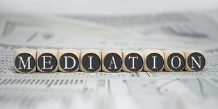 La médiation consiste à recourir à un tiers indépendant chargé de mener les négociations entre les parties.