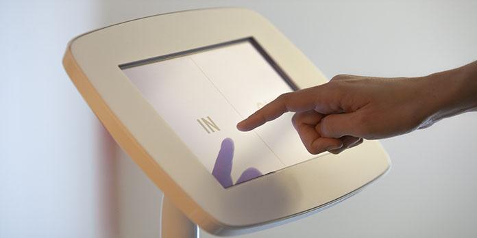 Quels sont les avantages de l'installation d'une borne tactile en magasin?